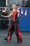 女孩执行了一个舞蹈与灼烧的火炬, 免版税图库摄影
