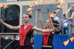 女孩执行了一个舞蹈与灼烧的火炬, 免版税库存照片