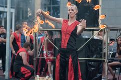 女孩执行了一个舞蹈与灼烧的火炬, 库存图片