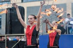 女孩执行了一个舞蹈与灼烧的火炬, 库存照片