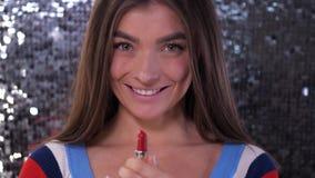女孩扭转她的红色口红、亲吻和微笑 r 股票录像