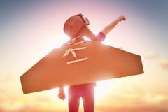 女孩扮演宇航员 库存图片