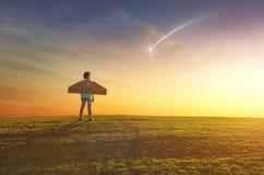 女孩扮演宇航员 免版税库存照片