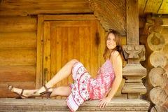 女孩扶手栏杆小屋日志坐 图库摄影