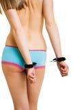 女孩把短内裤扣上手铐 库存图片