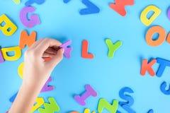 女孩投入在词飞行的多彩多姿的信件外面 美好的背景 库存照片