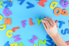 女孩投入在词飞行的多彩多姿的信件外面 美好的背景 免版税库存照片