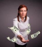 女孩投掷的金钱 免版税图库摄影