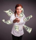 女孩投掷的金钱 库存图片