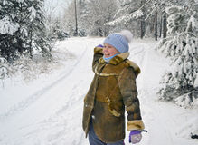 女孩投掷雪球冬日 免版税图库摄影