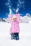 女孩投掷雪 免版税库存照片