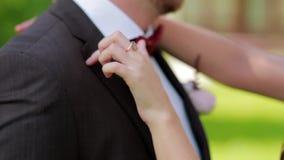 女孩抚摸他的胸口的新郎手 股票录像