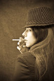 女孩抽烟 免版税图库摄影