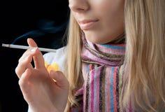 女孩抽烟 免版税库存照片