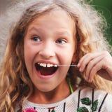女孩拉扯了自己牙 免版税库存图片