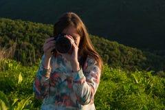 女孩拍与大照相机的照片本质上 免版税库存照片