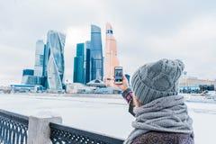 女孩拍在商业中心大厦的一个手机的照片 莫斯科市国际商业中心 图库摄影