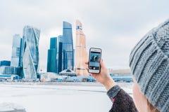 女孩拍在商业中心大厦的一个手机的照片 莫斯科市国际商业中心 库存照片