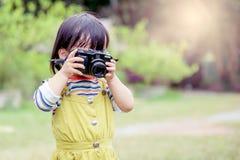 女孩拍照片 图库摄影