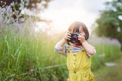 女孩拍照片 免版税库存图片