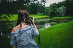 女孩拍照片 免版税库存照片