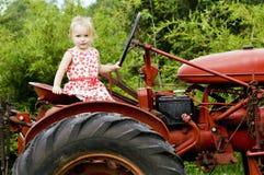 女孩拖拉机 免版税图库摄影