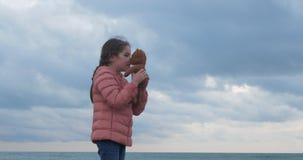 女孩拥抱一件女用连杉衬裤涉及海滩 股票录像