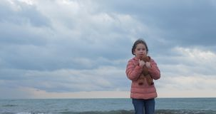 女孩拥抱一件女用连杉衬裤涉及海滩 影视素材