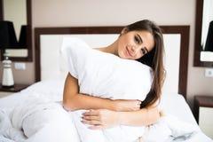 女孩拥抱枕头上午早晨 库存图片