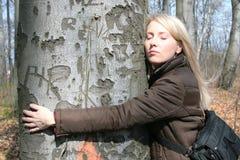 女孩拥抱结构树 免版税库存图片