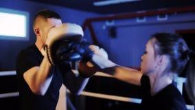 女孩拳击手与焦点露指手套一起使用 影视素材