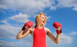 女孩拳击手套女性权利和自由的标志奋斗 女权主义促进 斗争为女性权利 女孩 库存照片