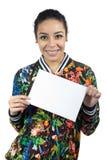 女孩拿着一个标志用两只手 她微笑 年轻w 免版税库存图片