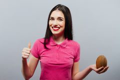 女孩拿着一个椰子 免版税库存照片