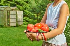 女孩拿着一个碗有很多新鲜蔬菜 图库摄影
