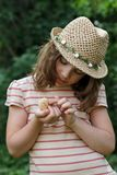 女孩拿着一只年轻鸡 免版税库存照片