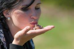 女孩拿着一只青蛙 库存图片
