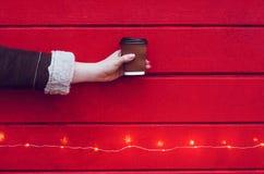 女孩拿着一杯咖啡或茶 库存照片