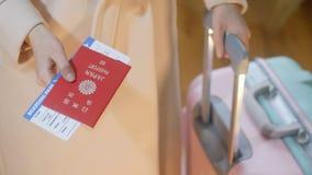 女孩拿着日本护照和登舱牌 库存照片
