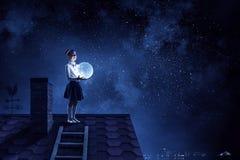 女孩拿着月亮 混合画法 免版税库存照片