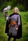 女孩拿着猫头鹰的锁子甲在森林里 库存图片