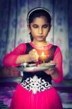 女孩拿着祷告板材的儿童画象 免版税库存照片