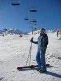 女孩挂接手段滑雪年轻人 免版税图库摄影