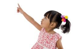 女孩指向某事的一点 免版税库存图片