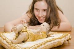 女孩指向雕象的耶稣 免版税库存照片