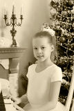 女孩按钢琴的键 免版税库存图片