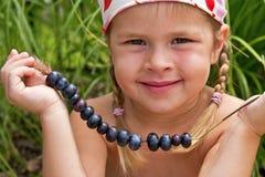 女孩挑选蓝莓 免版税库存照片