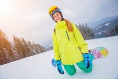 女孩挡雪板享受冬天滑雪场 库存图片
