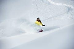 女孩挡雪板滑雪场地外backcountry freeriding 免版税库存图片