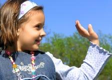 女孩挥动 免版税图库摄影